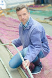 Pêcheur tenant le filet de corde Photo libre de droits