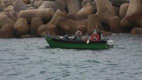 Pêcheur travaillant dans un bateau banque de vidéos