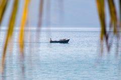Pêcheur vietnamien dans un bateau Image libre de droits
