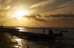 Pêcheurs au coucher du soleil Images stock