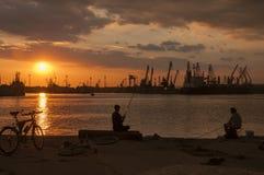 Pêcheurs au coucher du soleil, port de Varna Photographie stock libre de droits