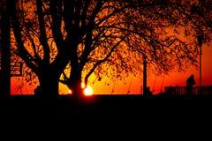 Pêcheurs au lever de soleil photos stock