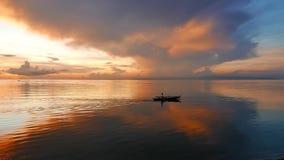 Pêcheurs au lever de soleil 12 banque de vidéos