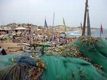 Pêcheurs au travail sur la plage ghana Image libre de droits