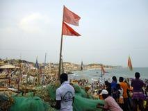 Pêcheurs au travail sur la plage ghana Images stock
