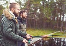 Pêcheurs avec des tiges de rotation pêchant des poissons Images stock