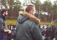 Pêcheurs avec des tiges de rotation pêchant des poissons Photo stock