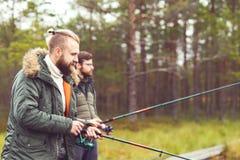 Pêcheurs avec des tiges de rotation pêchant des poissons Photos stock