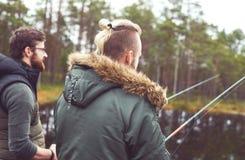 Pêcheurs avec un poisson contagieux de tige de rotation sur une rivière Photos stock