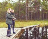 Pêcheurs avec un poisson contagieux de tige de rotation sur une rivière Images libres de droits