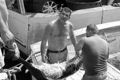 Pêcheurs déchargeant des espadons Photographie stock libre de droits