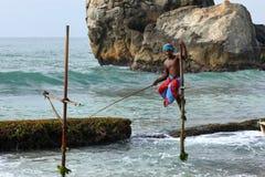 Pêcheurs d'échasse sur la plage de Koggala dans Sri Lanka image libre de droits