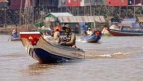 Pêcheurs dans des bateaux, sève de Tonle, Cambodge images libres de droits