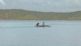 Pêcheurs dans le bateau banque de vidéos