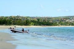 Pêcheurs dans le bateau de pêche sur les vagues Vocations sur Bali photographie stock