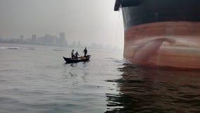 Pêcheurs dans le bateau en bois Photographie stock libre de droits