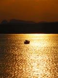 Pêcheurs dans le coucher du soleil photo libre de droits