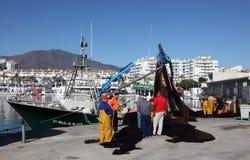 Pêcheurs dans le port d'Estepona Images libres de droits