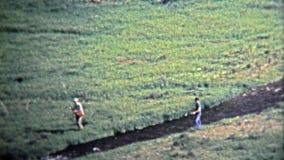 1972 : Pêcheurs de mouche pêchant sur le petit courant alpin banque de vidéos