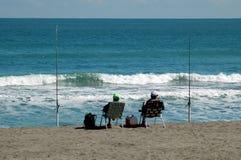 Pêcheurs de vague déferlante Photographie stock libre de droits