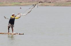 Pêcheurs employant des filets pour pêcher dans le lalung Sukoharj de réservoirs photo stock