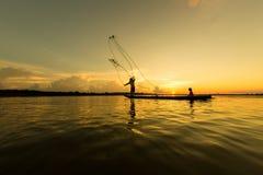 Pêcheurs et enfants pêchant en rivière Photographie stock