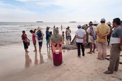 Pêcheurs et leur regard de familles à attraper photographie stock