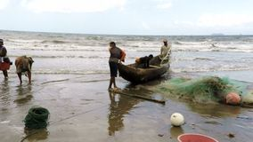 Pêcheurs indigènes pêchant sur la mer, femme sélectionnant les poissons catched clips vidéos