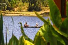 Pêcheurs malgaches dans un bateau de pêche traditionnel - Madagascar image stock