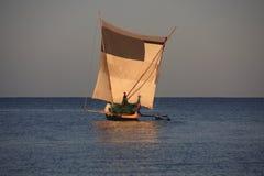 Pêcheurs malgaches et leurs canoës de tangon Photos stock