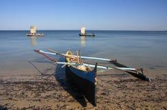 Pêcheurs malgaches et leurs canoës de tangon image libre de droits