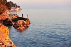 Pêcheurs non définis sur le bord de la mer de la fente, Croatie Images libres de droits