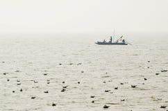 Pêcheurs non identifiés dans un bateau Photographie stock libre de droits