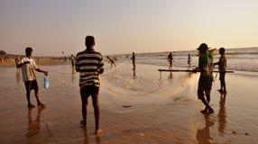 Pêcheurs obtenant leur réseau prêt pour la pêche Photos stock