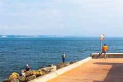 Pêcheurs pêchant dans Oeiras, Portugal photographie stock