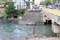 Pêcheurs pêchant du pont Images libres de droits