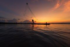 Pêcheurs pêchant en silhouette de rivière Photos libres de droits