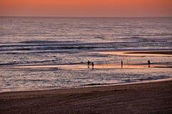 Pêcheurs par la mer au coucher du soleil Photos libres de droits