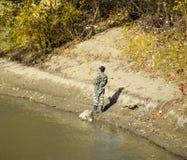 Pêcheurs sur la banque de la rivière en automne Pêche de l'amorce Image stock