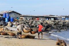 Pêcheurs sur la côte de l'Océan Indien à un marché dans Negombo Image libre de droits