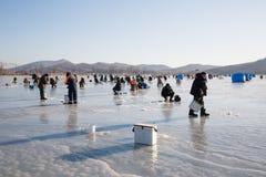 Pêcheurs sur la glace de la rivière le soir, Russie Photographie stock libre de droits