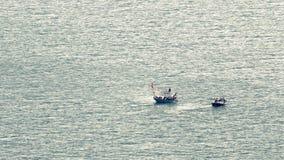 Pêcheurs sur la mer images libres de droits