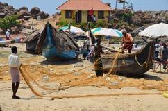 Pêcheurs sur la plage de Kovalam, Inde Photos libres de droits