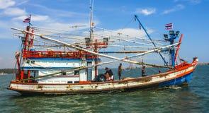 Pêcheurs sur le bateau pour le crochet quotidien Images stock