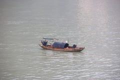 Pêcheurs sur le fleuve Yangtze parmi la pollution de l'eau lourde d'air et en Chine Images libres de droits