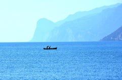 Pêcheurs sur le lac garda dans Torbole, image stock