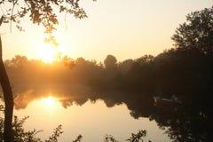 Pêcheurs sur le lac pendant le lever de soleil image stock
