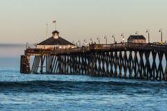 Pêcheurs sur le pilier impérial de pêche de plage photographie stock