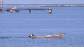Pêcheurs sur un bateau motorisé aller pêcher, Conakry banque de vidéos