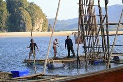 Pêcheurs tirant des méduses de l'eau Photographie stock